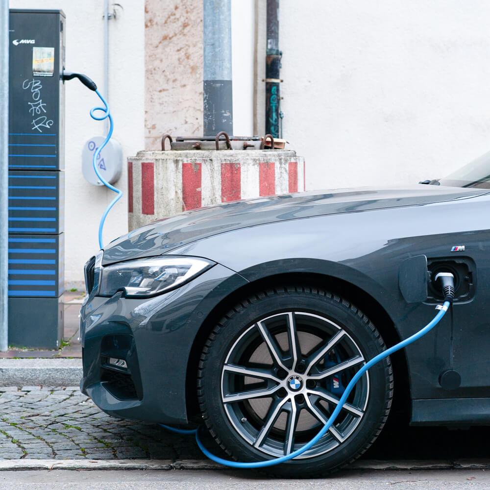 Plugin Hybrid Fahrzeug an Zapfsäule