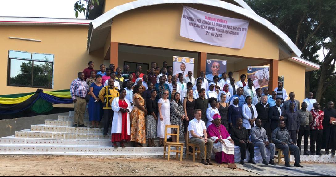 Feierliche Eröffnung der Augenklinik am Dr. Atiman Hospital (vorne links Dr. Paust)